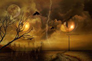 Ojos siniestros desde el cielo miran hacia una carretera solitaria